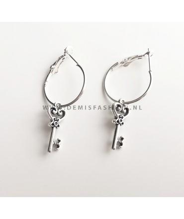 Zilveren sleutel oorbellen